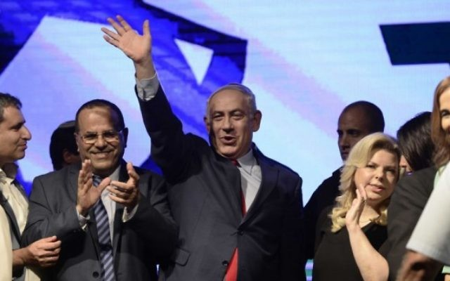 Le Premier ministre Benjamin Netanyahu avec son épouse Sara et les membres du parti Likud lors d'un rassemblement de soutien, à Tel-Aviv, le 9 août 2017. (Crédit : Tomer Neuberg / Flash90)