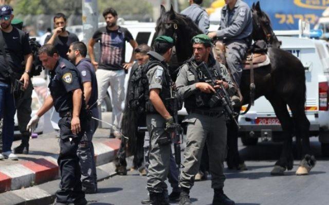 Les forces israéliennes sur les lieux d'une attaque au couteau près de la porte de Damas à Jérusalem le 12 août 2017. (Crédit : Yonatan Sindel / Flash90)