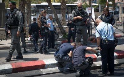 Les agents de police sur la scène d'une attaque au couteau à proximité de la porte de Damas dans la Vieille Ville de Jérusalem, le 12 août 2017 (Crédit : Yonatan Sindel/Flash90)