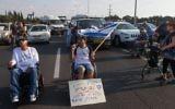 Des manifestants handicapés sur une route devant le Kibboutz Yakum, dans le centre d'Israël, le 14 août 2017. Illustration. (Crédit : Flash90)
