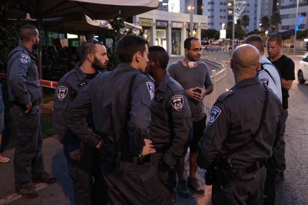 La police empêche des manifestants de se rendre à un rassemblement hebdomadaire contre la corruption gouvernementale à Petah Tikva, le 19 août 2017 (Crédit : Tomer Neuberg/Flash90)