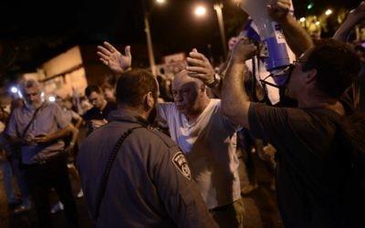 Des participants lors d'une manifestation contre la corruption gouvernementale à Petah Tikva,le 19 août 2017 (Crédit :  Tomer Neuberg/Flash90)