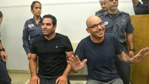 Meni Naftali et Eldad Yaniv devant la cour des magistrats de Petah Tikvah, le 20 août 2017. (Crédit :  Roy Alima/Flash90)