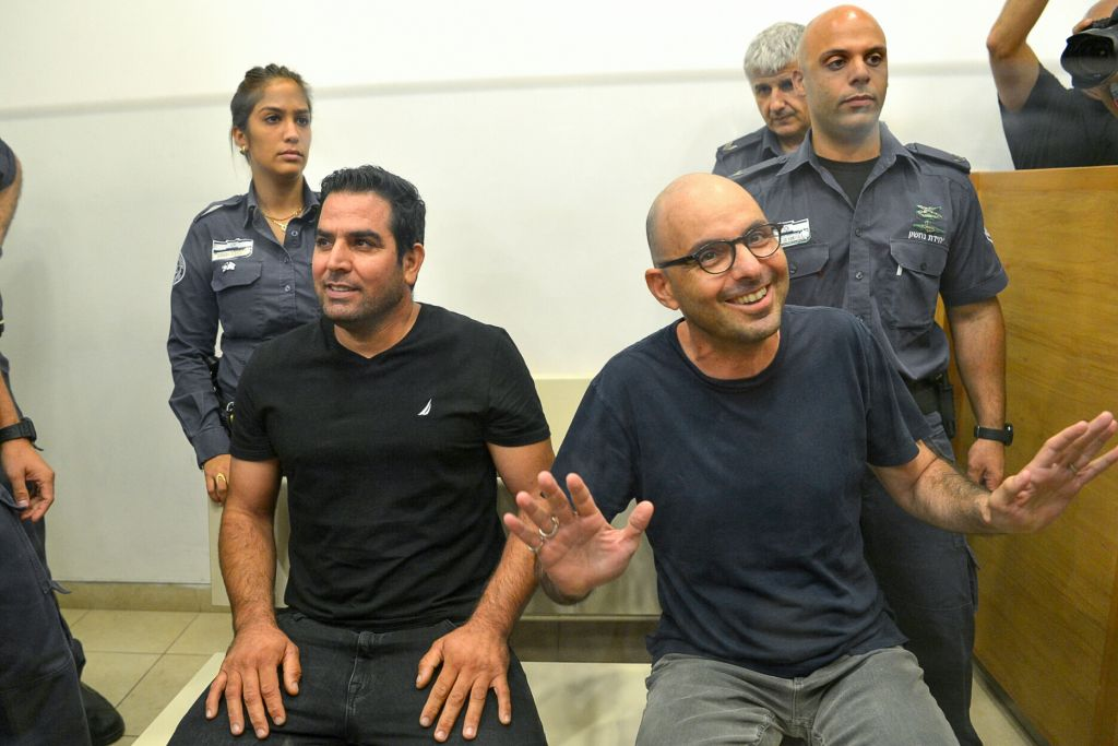 Meni Naftali et Eldad Yaniv arrivent pour une audience du tribunal à la cour des magistrats de Petah Tikva le 20 août 2017 (Crédit : Roy Alima/Flash90)