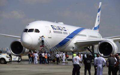 Le premier avion Dreamliner acheté par El Al à l'aéroport international Ben Gurion, le 23 août 2017. (Crédit : Tomer Neuberg/Flash90)