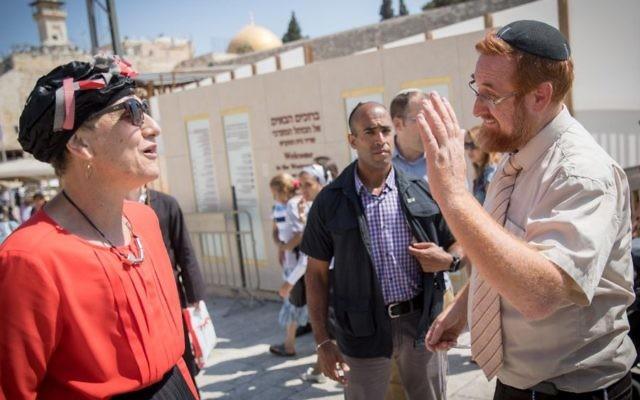 Les députés Yehuda Glick et Shuli Mualem-Refaeli se voient refuser l'entrée au mont du Temple, dans la vieille ville de Jérusalem, le 23 août 2017. (Crédit : Yonatan Sindel/Flash90)