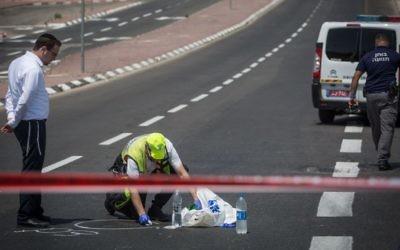 La scène d'un accident meurtrier suivi d'un délit de fuite qui a tué un adolescent de 16 ans, Hagai Goldstein, dans le quartier de Ramot à Jérusalem le 24 août 2017 (Crédit :  Hadas Parush/Flash90)
