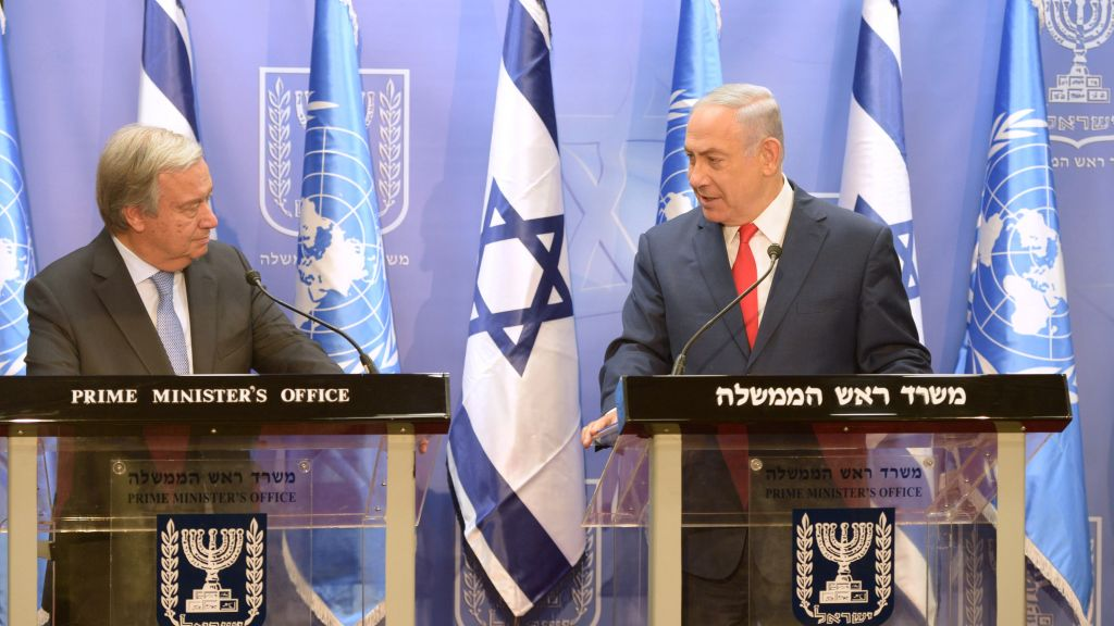 Le Premier ministre Benjamin Netanyahu, à droite, rencontre le Secrétaire-général des Nations unies António Guterres, au bureau du Premier ministre de Jérusalem le 28 août 2017 (Crédit : Amos Ben Gershom/GPO)