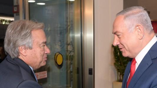 Le Premier ministre Benjamin Netanyahu avec le secrétaire général des Nations unies, António Guterres, à Jérusalem, le 28 août 2017. (Crédit : (Amos Ben Gershom/GPO)