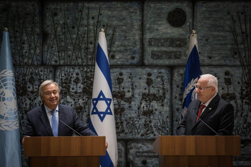 Le Président Reuven Rivlin, à droite, et le secrétaire-général Antonio Guterres s'expriment devant les journalistes avant leur rencontre à la résidence du président de Jérusalem, le 28 août 2017 (Crédit : Hadas Parush/Flash90)