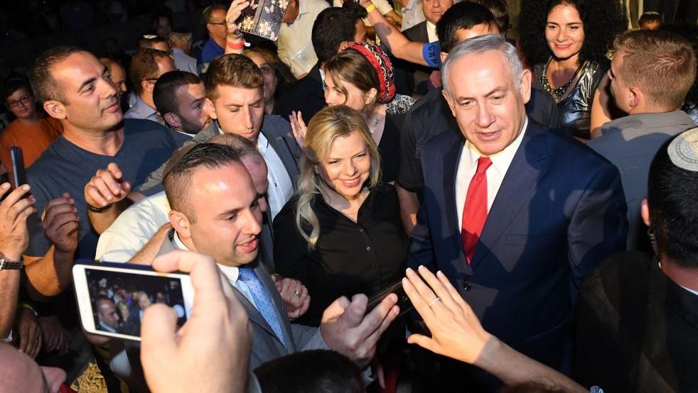 Le Premier ministre Benjamin Netanyahu, à droite, et son épouse Sara, deuxième à gauche, posent pour une photo avec les participants à un événement organisé dans la zone industrielle de Barkan en Cisjordanie pour fêter 50 ans d'implantations en Samarie le 28 août 2017 (Crédit : Kobi Gideon/GPO)