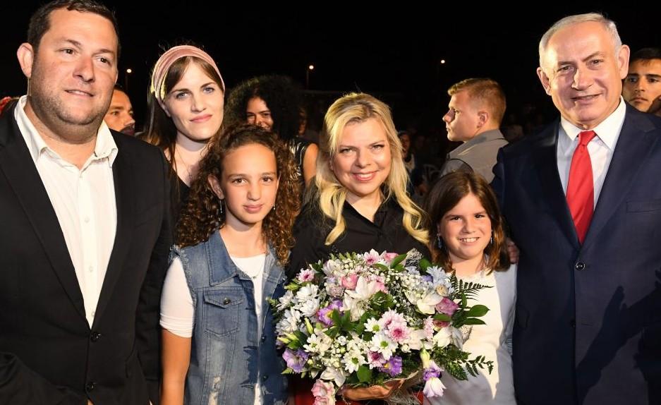 Le Premier ministre Benjamin Netanyahu, à droite, et son épouse Sara, au milieu, posent pour une photo avec Yossi Dagan, à gauche, sa femme Oriya (deuxième à gauche) et leurs deux filles lors d'un événement organisé dans la zone industrielle de Barkan en Cisjordanie pour fêter 50 ans d'implantations en Samarie le 28 août 2017 (Crédit : Kobi Gideon/GPO)