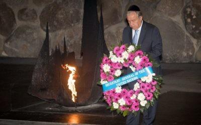Le secrétaire-général de l'ONU Antonio Guterres dépose une gerbe dans la salle du souvenir du musée de l'Holocauste de Yad Vashem à Jérusalem, le 28 août 2017 (Crédit : Yonatan Sindel/Flash90)