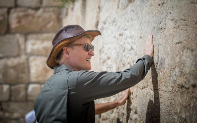 L'animateur à la télévision américaine, comédien et producteur  Conan O'Brien au mur Occidental de Jérusalem le 28 août 2017. Il est venu dans le pays pour réaliser un épisode de sa série sur les voyages  'Conan Without Borders.' (Crédit : Yonatan Sindel/Flash90)