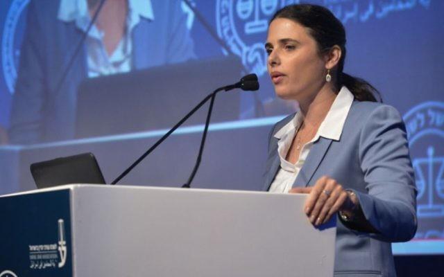 La ministre de la Justice  Ayelet Shaked lors de la conférence sur la justice de l'Association du barreau israélien à Tel Aviv, le 29 août 2017 (Crédit : Roy Alima/Flash90)