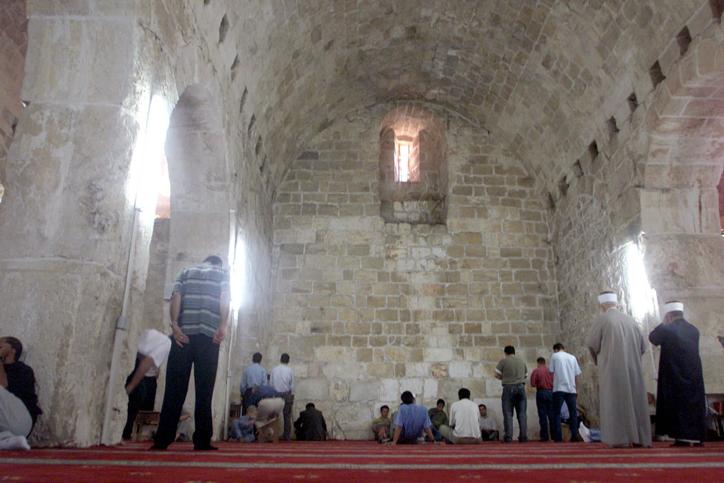Des Musulmans prient à Urvot Shlomo (Les Etables du roi Salomon) sur le mont du Temple, le 4 octobre 2002 (Crédit : Flash90)