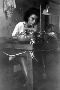 Marion Finkels Kreith, alors âgée de 15 ans, dans une usine de polissage de diamants, à Cuba. (Crédit : Judith Kreith)