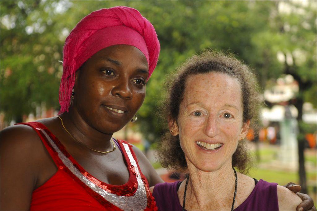 Dámaris Suárez Miró, professeur de danse, à gauche, avec, Judy Keith, réalisatrice de 'Forgotten Jewels'.(Crédit : Larry Luxner/ Times of Israel)
