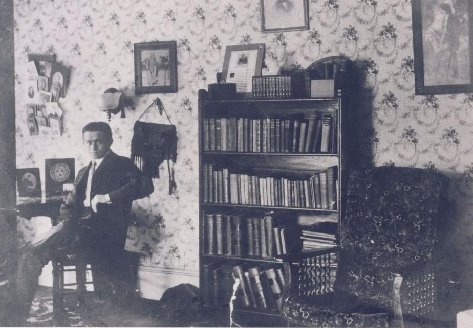 Portrait informel de Felix Frankfurter portant un costume et une cravate, dans sa chambre au Harvard Law School (Crédit : Collections historiques et spéciales, Harvard Law School Library)