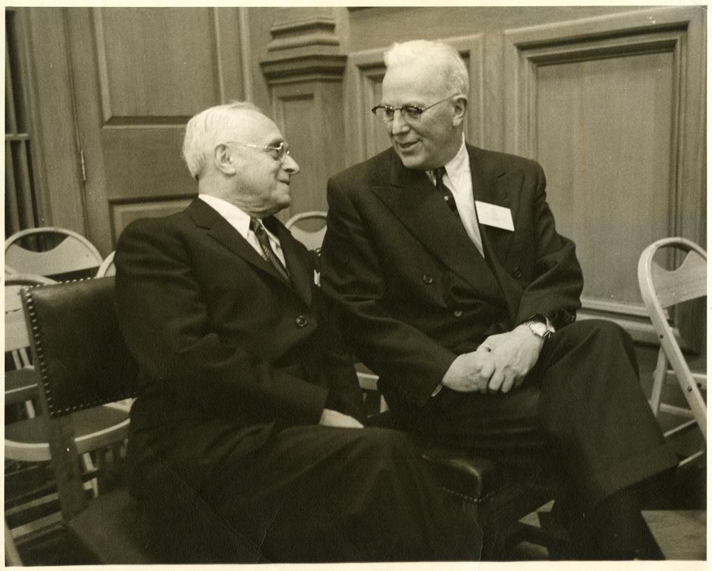Felix Frankfurter avec le juge de la Cour suprême Earl Warren, qui a participé à la conférence sur le « Gouvernement sous la loi » qui a eu lieu au Harvard Law School à l'occasion du bicentenaire de la naissance de John Marshall en septembre 1955 (Crédit : Collections historiques et spéciales, Harvard Law School Library)