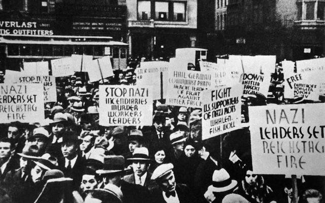 Manifestation devant la légation allemande, à New York, en 1933. (Crédit : Keystone-France/Gamma-Keystone via Getty Images)