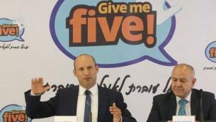 Naftali Bennett, à gauche, et le directeur du ministère de l'Education Shmuel Abuav, lors d'une conférence de presse à Tel Aviv, le 30 août 2017. (Crédit : Yossi Zamir)