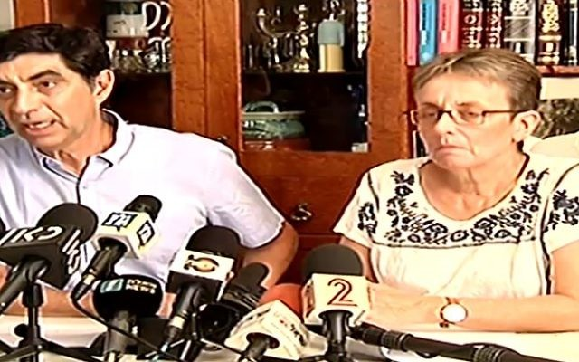Simha, à droite, et Leah Goldin, pendant une conférence de presse, le 27 août 2017. (Crédit : capture d'écran Deuxième chaîne)