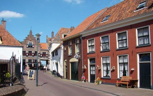 Une rue de la ville Hattem, où la ketoubah de Siegfried de Groot et de Bertha Lippers a été retrouvée dans une maison en travaux. (Crédit : domaine public/Wikipedia)