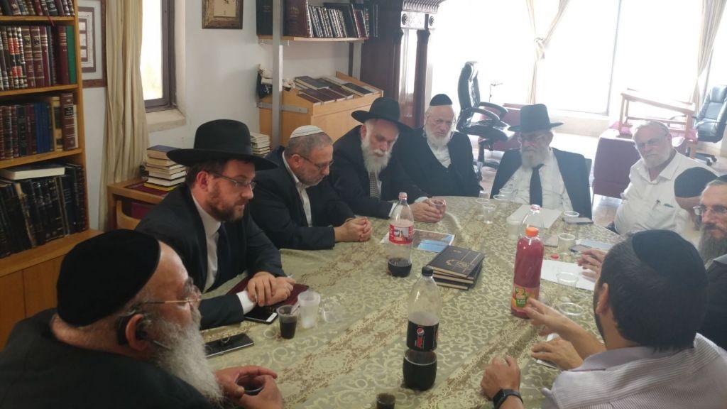 Le conseil rabbinique de ZAKA discute des exigences pour le retrait des corps sur le mont du Temple, le 30 juin 2017 (Autorisation : ZAKA)