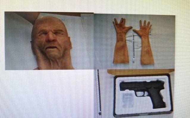 Un masque, des gants, et un pistolet qui auraient été utilisés par un américain soupçonné d'avoir mené une série de vols à main armée à Tel Aviv et qui a été arrêté le 18 juillet 2017 (Crédit   : Police israélienne)