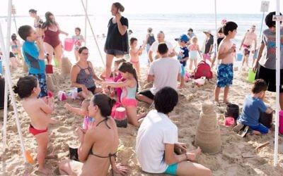 Les résidents de Tel Aviv se réunissent à Metzitzim Beach tous les dimanches et mercredis d'août de 2017, pour renforcer les liens de bon voisinage (Crédit : Ville de Tel Aviv-Jaffa)