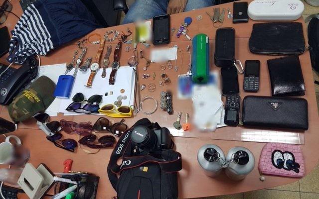 Objets volés aux participants des voyages Taglit ui séjournaient dans le kibboutz Almog, près de la mer Morte, à l'été 2017. (crédit : police israélienne)
