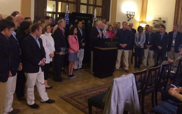 Plus de 50 représentants américains démocrates et républicains pendant une conférence de presse à Jérusalem, le 8 août 2017. (Crédit : autorisation)