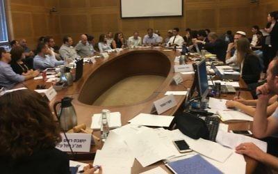 Une réunion de la commission des Réformes de la Knesset sur les options binaires, le 31 juillet 2017. (Crédit : Times of Israël)
