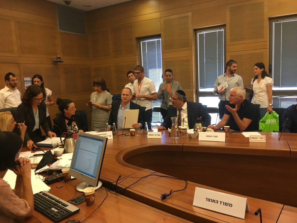 Les députés Oded Forer (YIsraël Beytenu), Yigal Guetta (Shas) et Haim Jelin (Yesh Atid) lors d'une réunion de la commission des Réformes de la Knesset sur la loi visant à interdire les options binaires, le 7 août 2017 (Crédit : Photo de The Times of Israel)