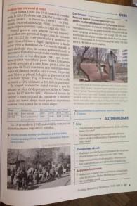 Un livre d'histoire moldave avec une page et demie consacrée à l'Holocauste (Crédit : Julie Masis/Times of Israel)