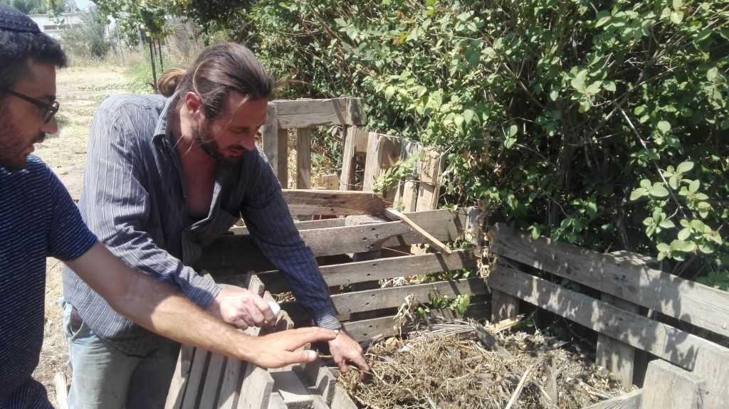 Olivier explique à David, autre Français féru d'agriculture bio les principes pour faire un bon compost (Crédit: Pierre Assouline)