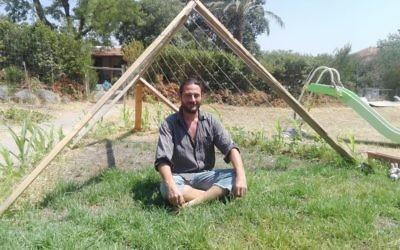 Olivier Benhamou, 35 ans, qui a fait fleurir les toits de divers buildings en Israël avant de s'installer dans les contreforts du Golan, au centre d'une cabane dont le toits sera formé de haricots grimpants (Crédit: Pierre Assouline)