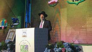 Le ministre de l'Intérieur Arye Deri lors d'une cérémonie d'inauguration d'un nouveau quartier dans l'implantation de Beitar Illit, le 3 août 2017   (Crédit : Jacob Magid/Times of Israel)