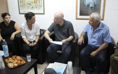 Jason greenblatt, deuxième à partir de a droite, avec un résident de Nahal Oz, le 30 août 2017. (Crédit : The Israel Project)
