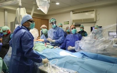 Des médecins de Rambam durant une procédure cardiaque expérimentale le 28 août 2017. (Crédit : Pioter Fliter/ RHCC)