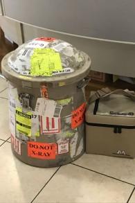 Un baril en métal avec un sac congelé de cellules souches d'un cordon ombilical prêt à être expédié du laboratoire de Jérusalem de Gamida Cell, le 16 juillet 2017 (Crédit : Shoshanna Salomon / Times of Israel)