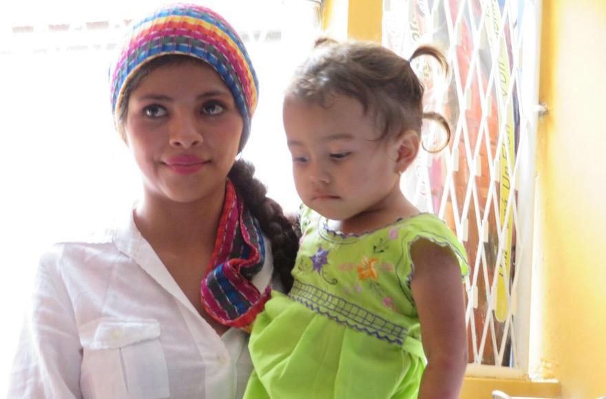 Cette femme et sa petite fille font partie de 114 convertis au Judaïsme au Nicaragua, le 20 juillet 2017 (Crédit : Bonita Sussman via JTA)