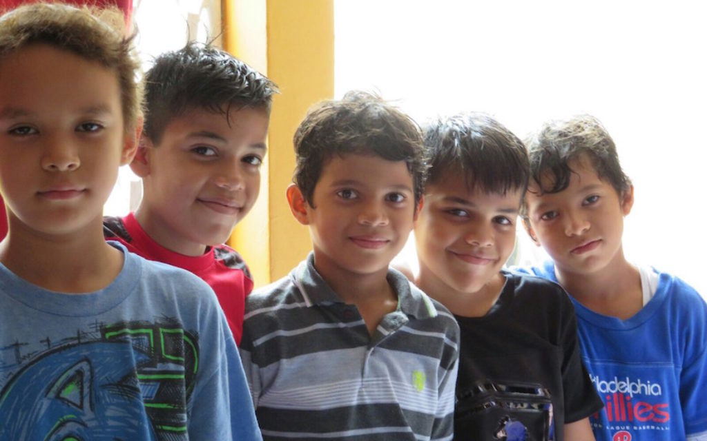 Plusieurs jeunes petits garçons du Nicaragua qui  se sont convertis au Judaïsme au mois de juillet avec l'aide de l'organisation Koulanou, le 20 juillet 2017 (Crédit : Bonita Sussman via JTA)