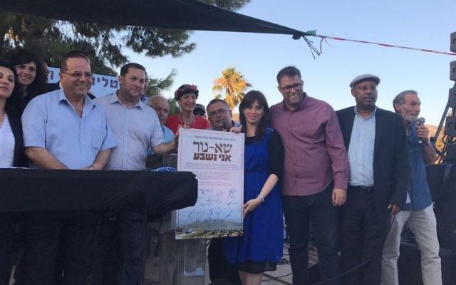 Les députés Likud et HaByit HaYehudi lors d'un rassemblement dans l'implantation évacuée de Sa-Nur dans le nord de la Cisjordanie (Crédit : Jacob Magid / The Times of Israel)