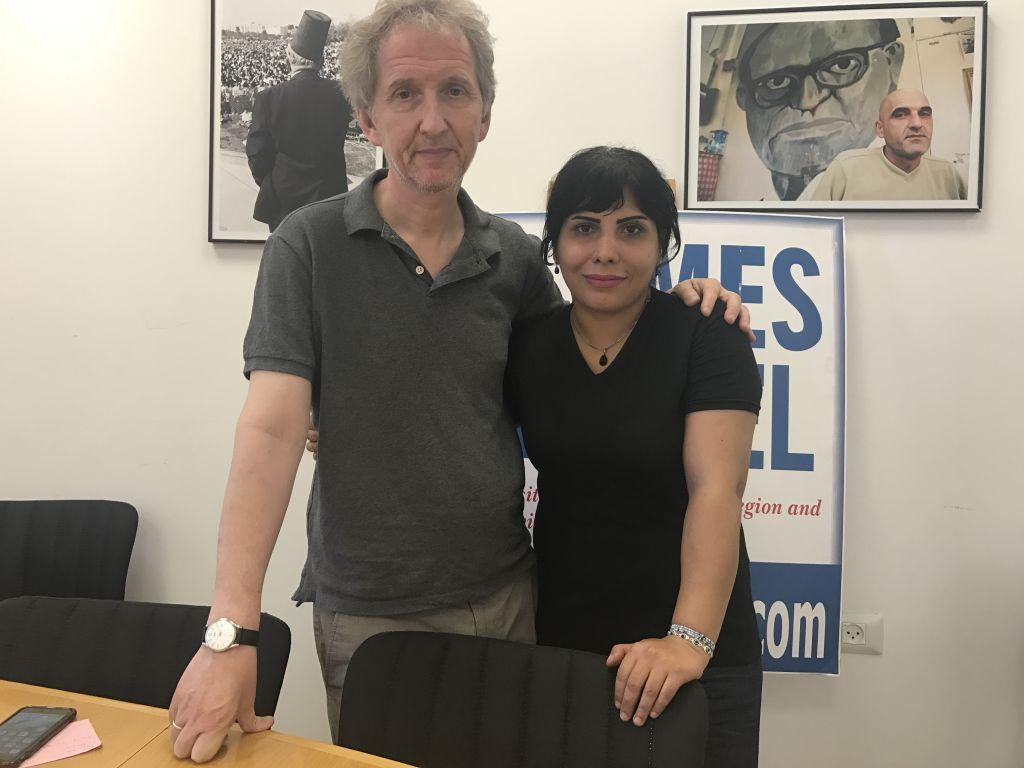 Neda Amin, à droite, avec David Horovitz, rédacteur en chef, dans les bureaux de Jérusalem du Times of Israël, le 10 août 2017. (Crédit : Tamar Pileggi/Times of Israël)