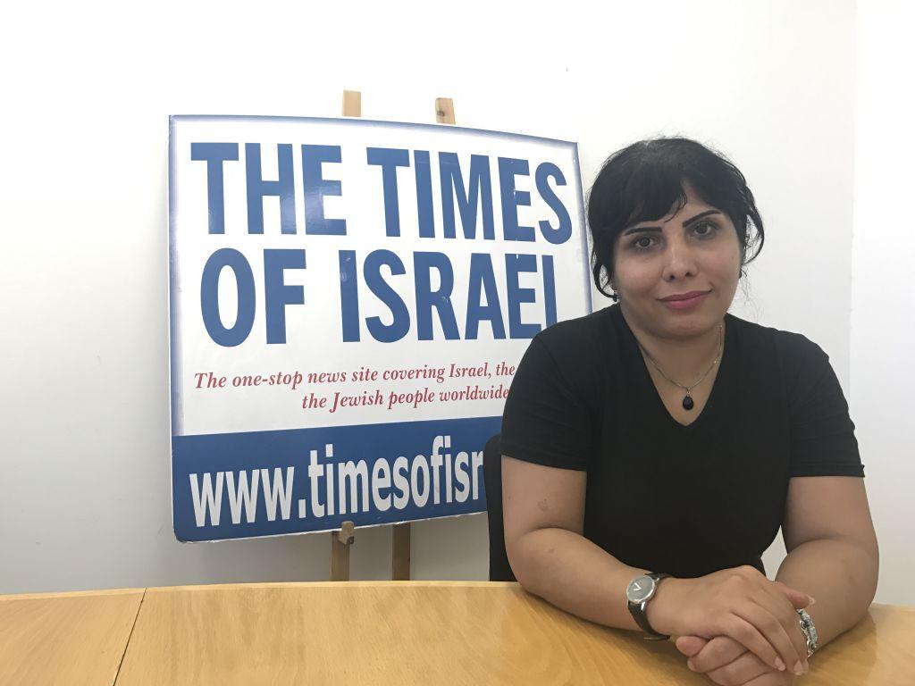Neda Amin, quelques heures après son arrivée en Israël, dans les bureaux de Jérusalem du Times of Israël, le 10 août 2017. (Crédit : Times of Israël)