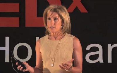 Jamie McCourt au TEDxHolyLand en 2010 (Crédit : Capture d'écran YouTube)