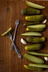 Des cornichons au vinaigre fermentés dans le livre en anglais 'The Joys of Jewish Preserving,' écrit par Emily Paster. (Autorisation)