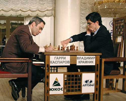 Garry Kasparov contre Vladimir Kramnik au mémorial Botvinnik, en 2001. (Crédit : Owen Williams, The Kasparov Agency/CC BY-SA 3.0/WikiCommons)